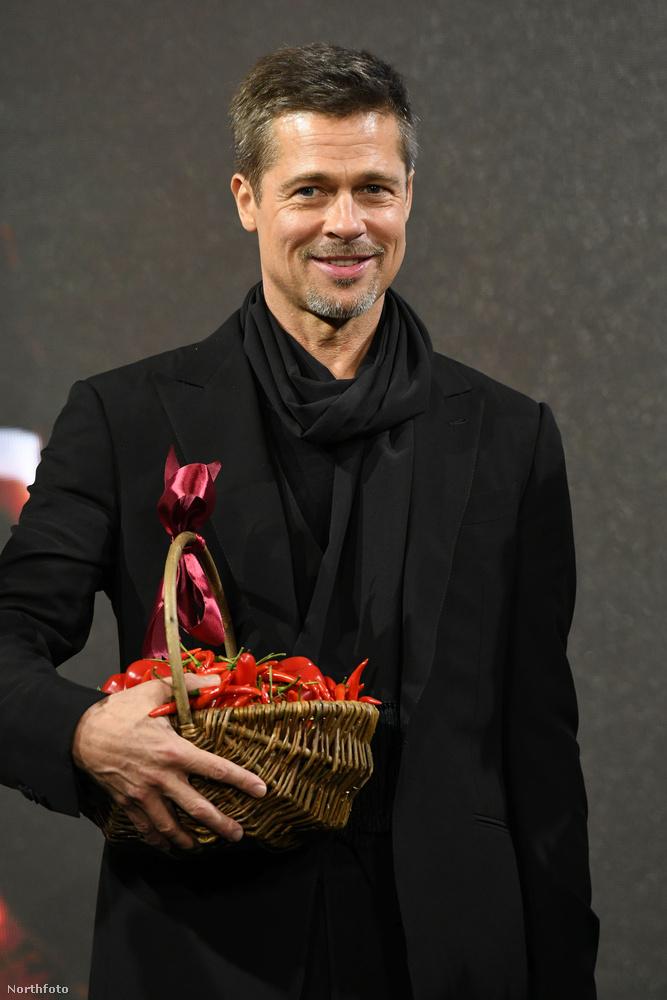 Brad Pitt hangulata sosem volt annyira csípős, mint ez a kosárnyi paprika a kezében