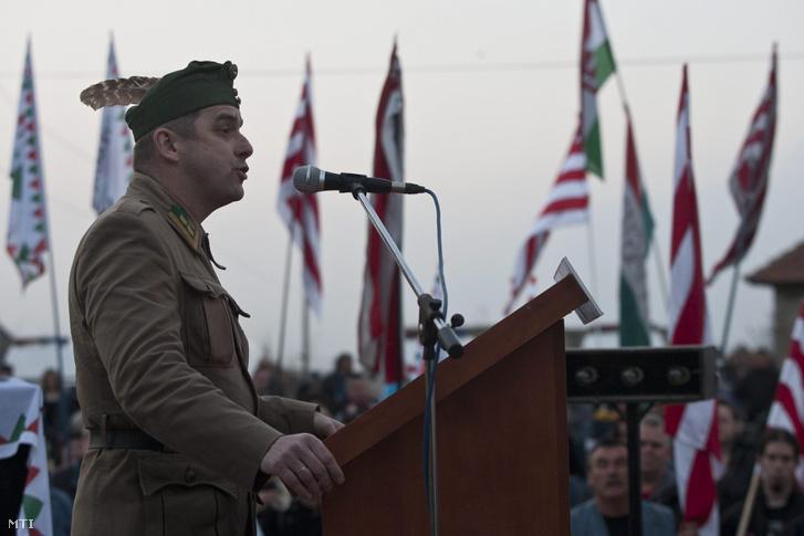 Bodrog László a a Nemzeti Őrsereg parancsnoka tart beszédet Hejőszalontán 2011. április 2-án.