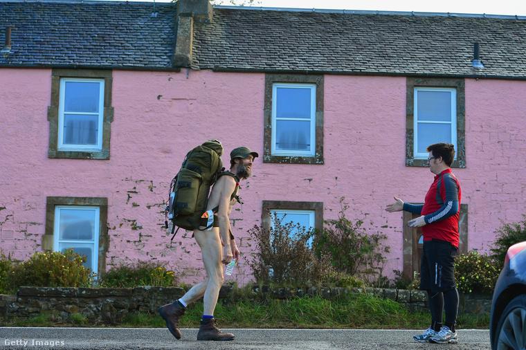 Stephen Gough sétál ruha nélkül börtönből való szabadulása után 2012-ben Skóciában.