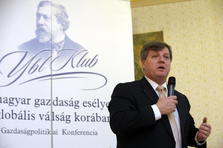 Stumpf István az Ybl Klub Közhasznú Alapítvány Kuratóriumának elnöke beszél az Ybl Klub A magyar gazdaság esélyei a globális válság körében című konferenciáján az Ybl Palotában, 2009. március 11-én.