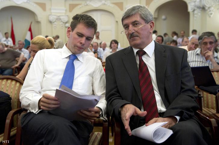 Kocsis István a BKV Zrt. vezérigazgatója és Vitézy Dávid a Budapesti Közlekedési Központ Zrt. vezérigazgatója beszélget a Fõvárosi Közgyűlés ülésén 2011. július 14-én.