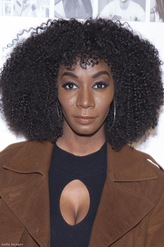 Zoe Monique Cross egy stylist-modell és jó nagy haja van, meg egy kicsi dekoltázsa.
