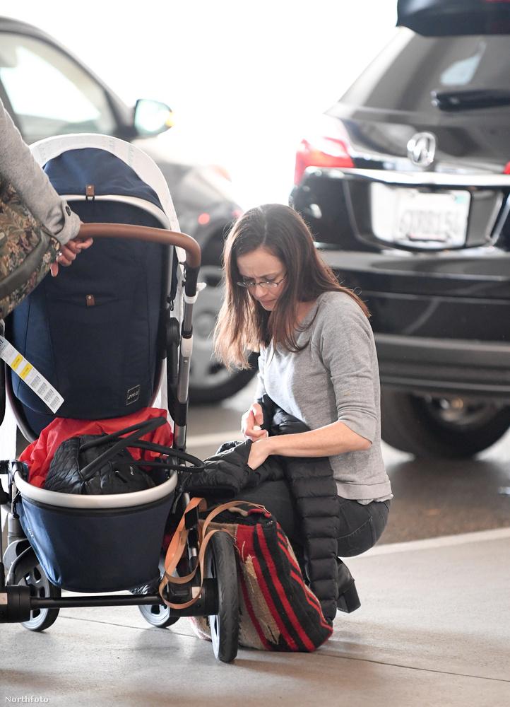 A 35 éves színésznő így néz ki jelenleg, szemüvegben, sminktelenül, a viszonylag frissen született babájával (akit sajnos jól eldugott a nyilvánosság elől, de ezt már megszokhattuk tőle)