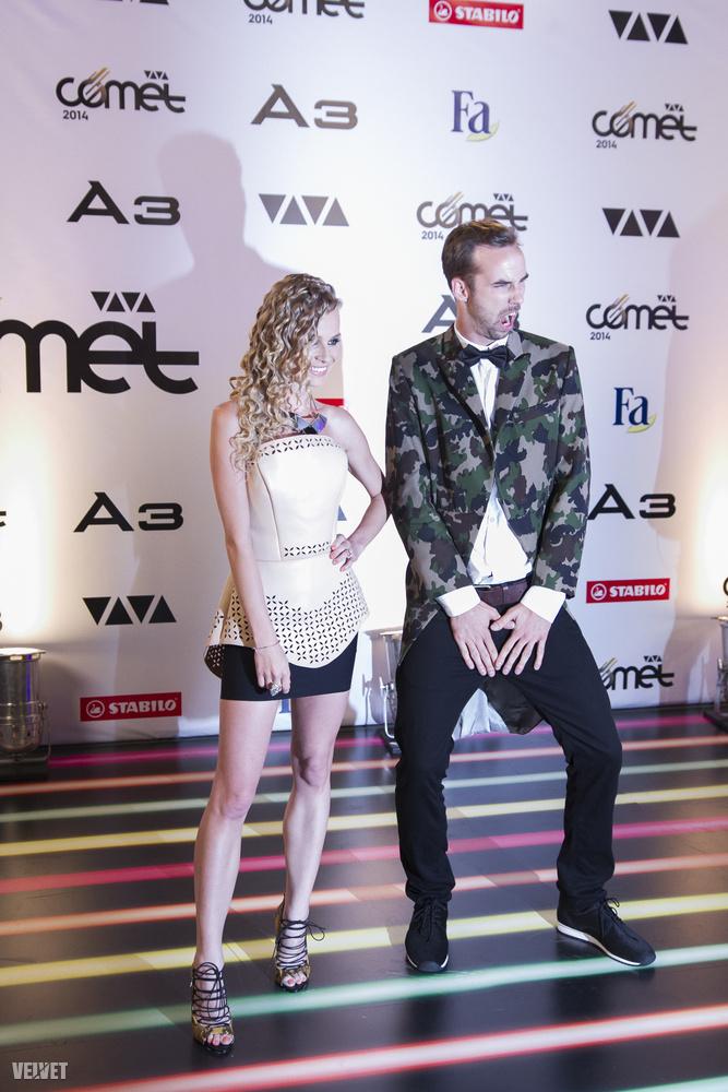 Korábbi társa Bártfalvi Sándor, aki a Viva tévés műsorvezetési elfoglaltságai mellett a Mary Popkidsben énekel és showmankedik.