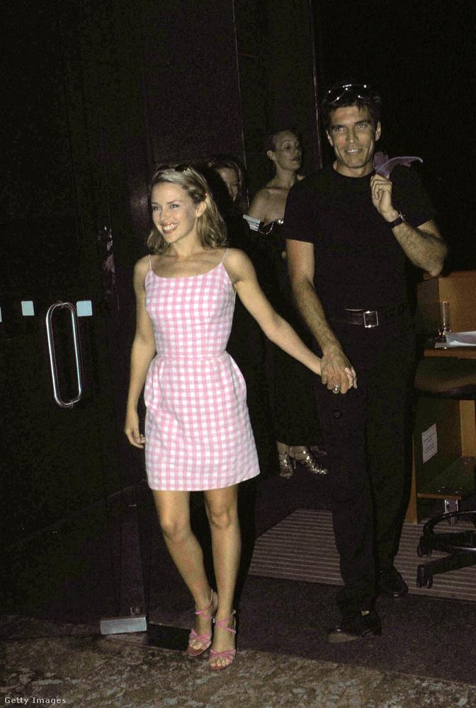 Megkönnyebbülhetett azonban a nép, amikor az énekesnő rátalált a miniruhákra, ami lehet, hogy a Simon Cowell-hasonmás úr hatására történt