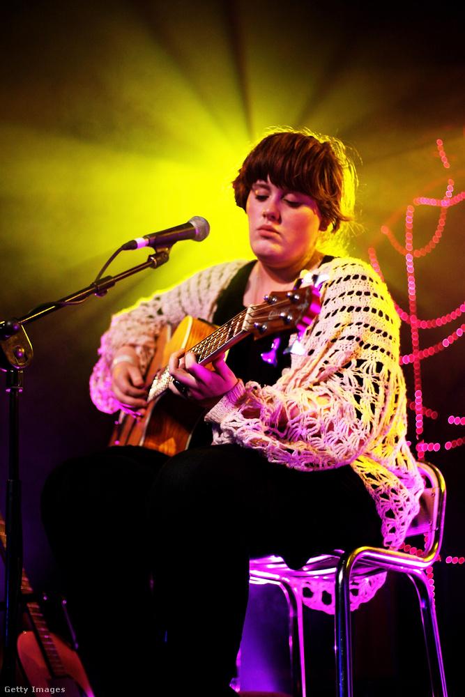 Hiánypótló anyagunkban most olyan híresnőket tekinthet meg, akik hosszú éveken át keresték magukban a valamit, ami leginkább kifejezheti valós személyiségüket.Első képünkön például nem egy nagyra nőtt óvodás ücsörög gitárral a kezében, Pompommal a fején, hanem Adele az, 2007-ben, a karrierje kezdetén.