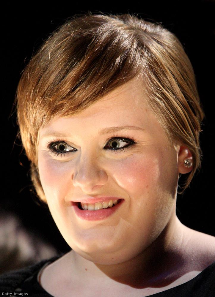Egy évvel később Pompommal kiegyeztek egy döntetlenben, jólfésültséget álcázva, de azt még nem tisztázták, hogy ehhez az arcformához a hosszú haj és a szemöldök ténye is előnyösebb külsőt kölcsönözne az énekesnőnek.