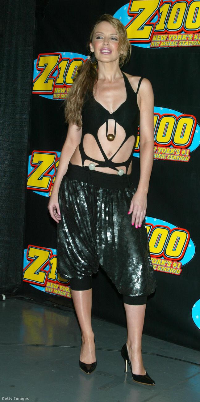 2002-ben nagy divat lett a törökszabású nadrág, hálistennek erre Kylie Minogue is rájött