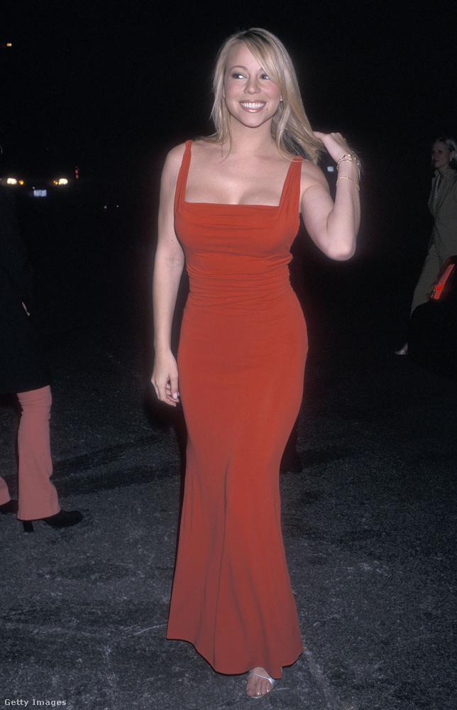 2001-ben rászokott a hosszú ruházatra, ami dekoratív nőt faragott belőle