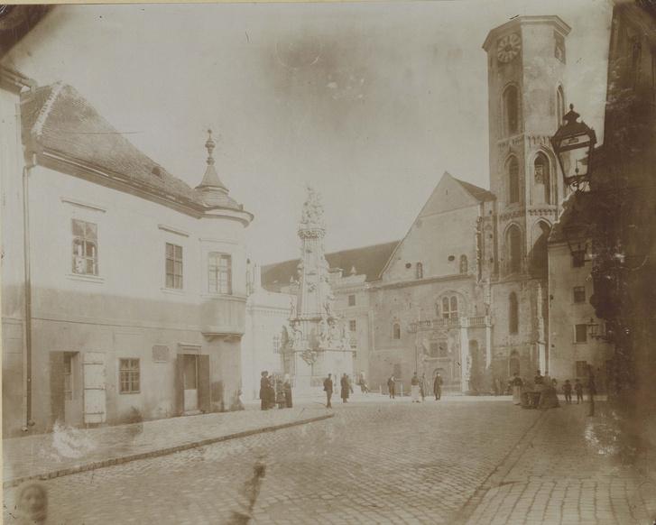 Az átépítés előtt álló Mátyás-templom 1874 körül. Az épület olyan rossz állapotban volt, hogy a szomszédos házak tartották meg a falait.