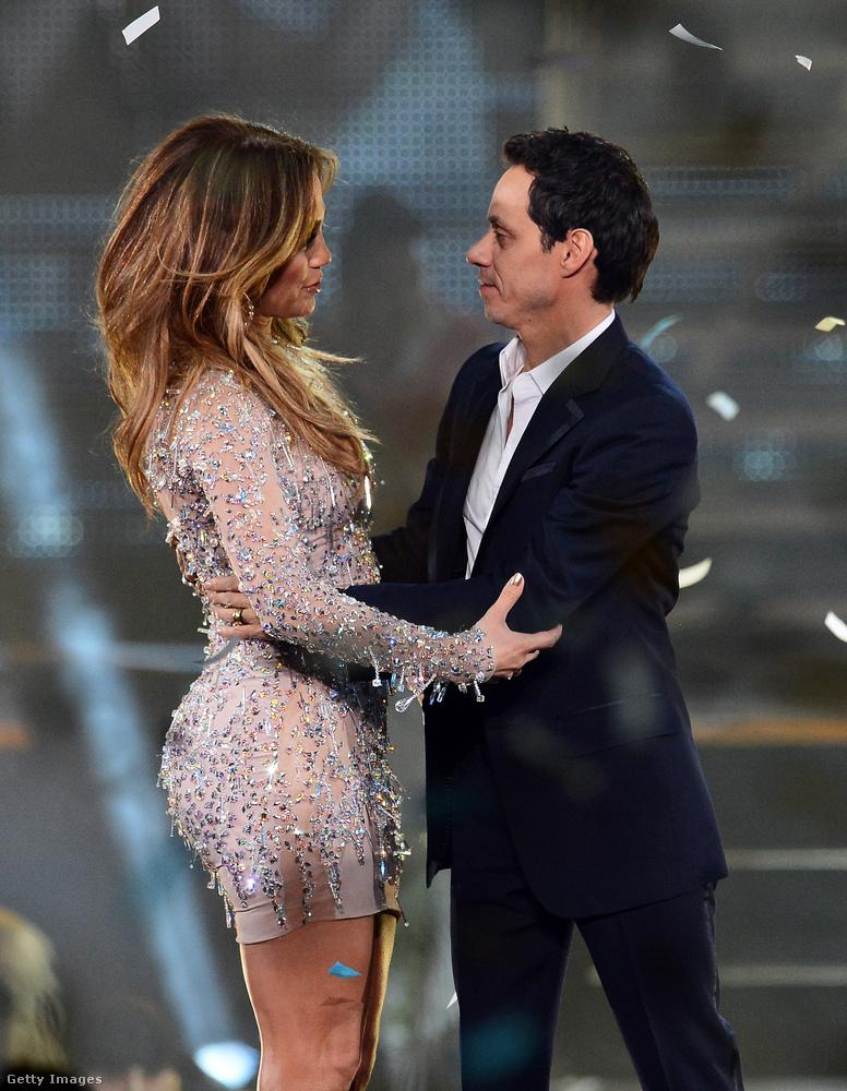 Talán az sem érdektelen, hogy Anthony Magnus Media nevű cége és a Sony Music Latin megállapodást kötöttek Lopezzel, hogy együtt készítik az énekesnő spanyol nyelvű lemezét, ami még ebben a hónapban megjelenik.Ezek a képek még májusban, egy Las Vegas-i fellépésen készültek.