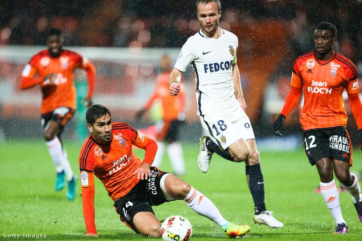 Wesley Lautoa, a Lorient játékosa a földön, mellette Valere Germain