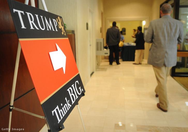 2009: A Trump Egyetem előadására érkeznek hallgatók az arlingtoni Holiday Inn hotelbe.