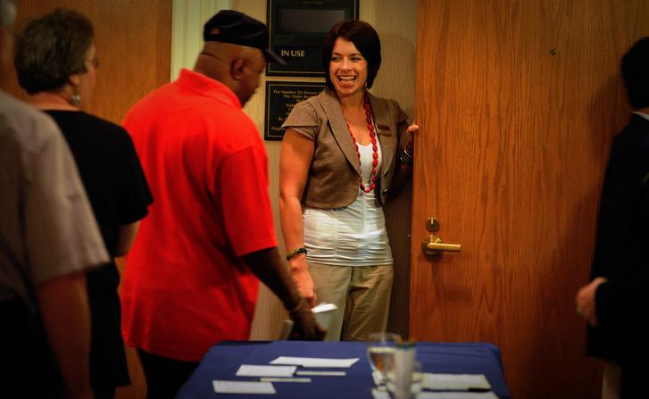 2009: Christy Duckett program-koordinátor üdvözli a hallgatókat.