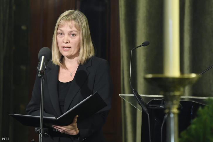 Vigh Andrea, a Liszt Ferenc Zeneművészeti Egyetem rektora búcsúbeszédet mond Kocsis Zoltán ravatalánál