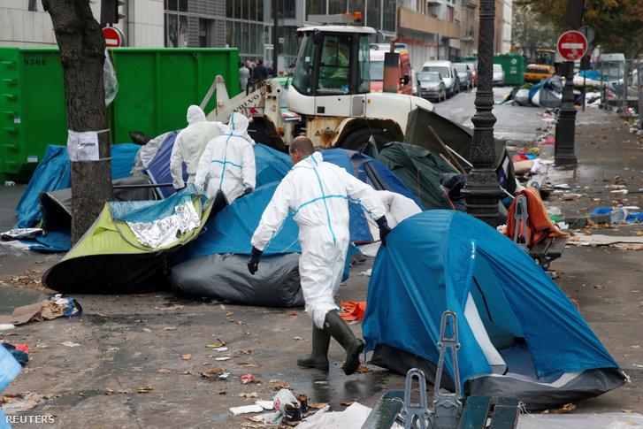 bavándorlók sátortáborának felszámolása Párizsban, november 4-én