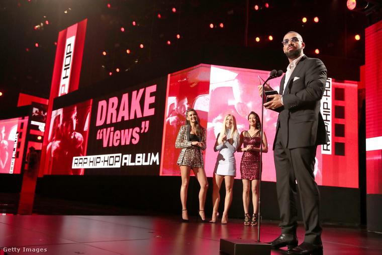 Drake-ről viszont nagyon is van! Ő a kedvenc rap/hip-hop előadóként mehetett haza, de két másik fronton is győzelmet aratott: ugyanebben a műfajban díjazták Views nevű albumért és Hot Bling nevű daláért.