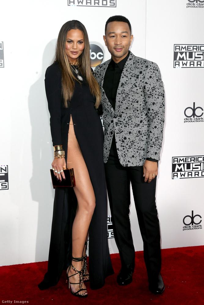 Chrissy Teigen egyébként a férje, John Legend társaságában érkezett az eseményre,