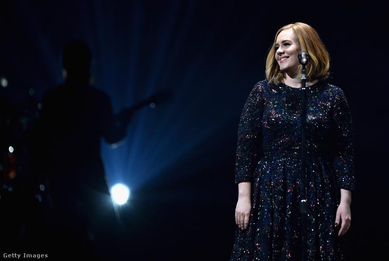 Adele megkapta a legkedveltebb, felnőtt kortárs előadónak járó díjat. (Ez a kép egy koncertjén készült, a díjátadón nem vett részt.)