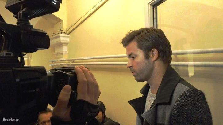 Balázs megérkezik a Class FM rádióba, a Morning show adásába, egy nappal azután, hogy a rádió bejelentette a műsor megszüntetését