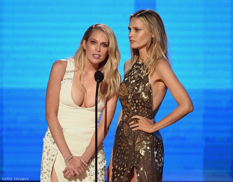 Erin és Sarah Foster beszél éppen ezen a képen az American Music Awards 2016-os gáláján