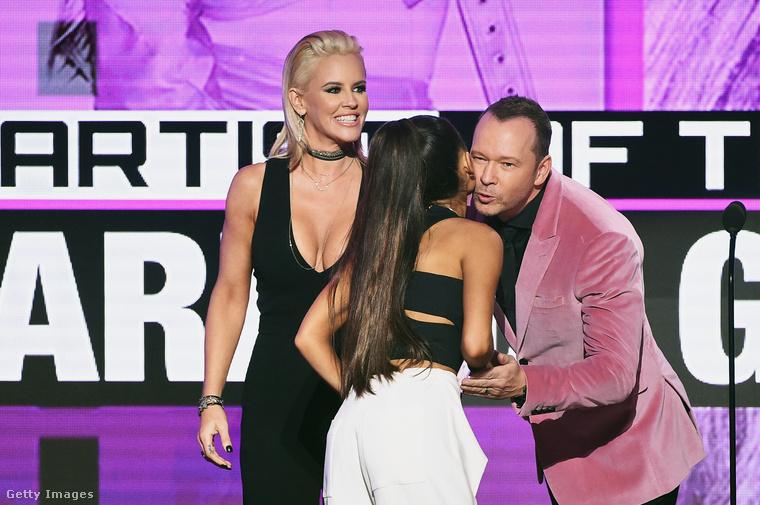 Itt Jenny McCarthy melleit láthatja, valamint Donnie Wahlberget rózsaszínű zakóban
