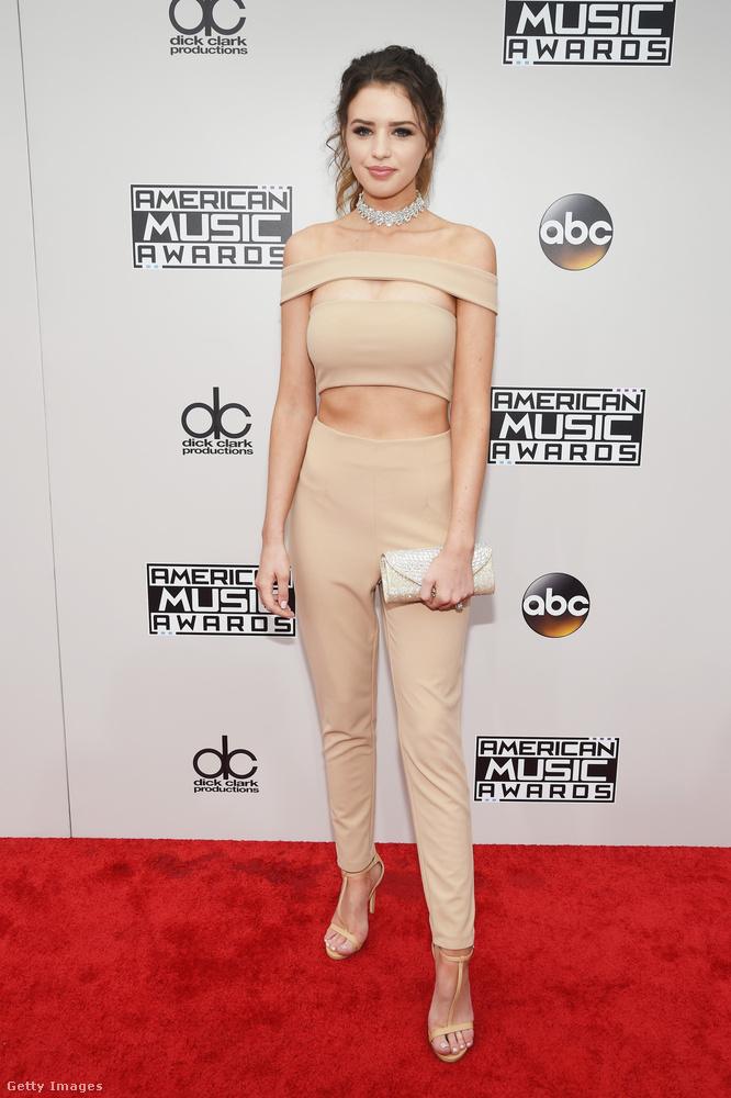 Az est egyik legvisszafogottabb ruhájának számít Jess Bauer internetes személyiség testszínű dressze.