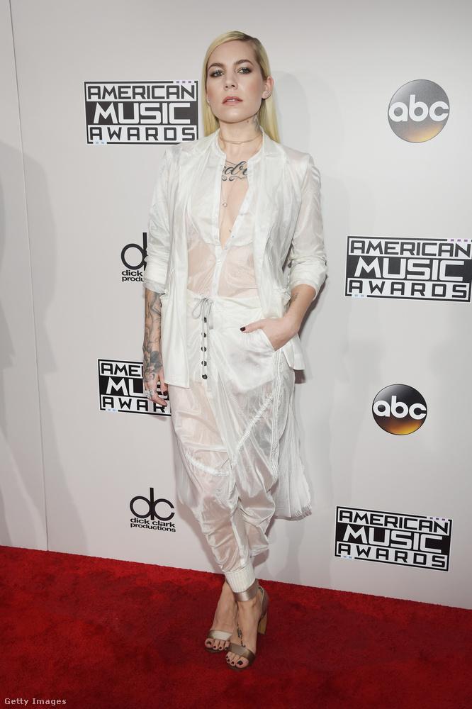 Szintén áttetsző fehérben volt Skylar Grey énekesnő