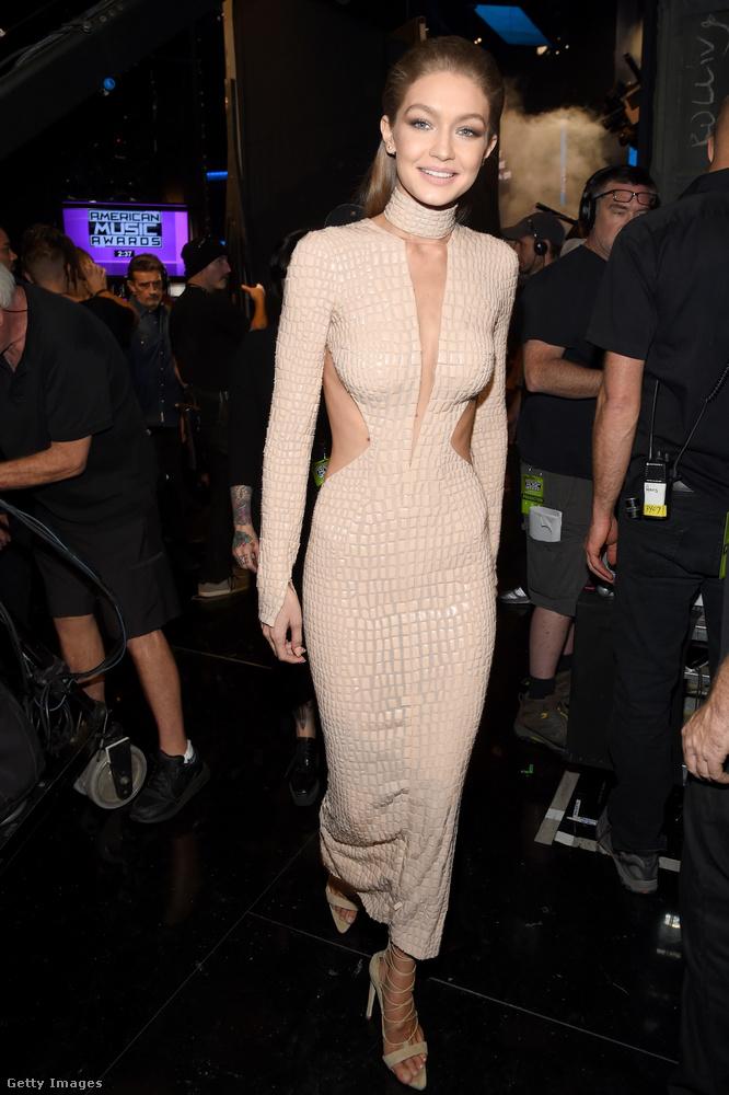 Gigi Hadid szintén volt egy ilyen testszínű ruhában egyszer.