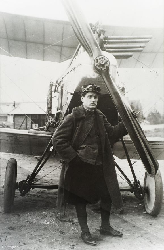 A fiatal Asboth Oszkár, egy Asboth-féle fa légcsavarral, egy 100 lóerős Brandenburg repülőgép mellett, 1916-ban, az ausztriai Fischamendben.