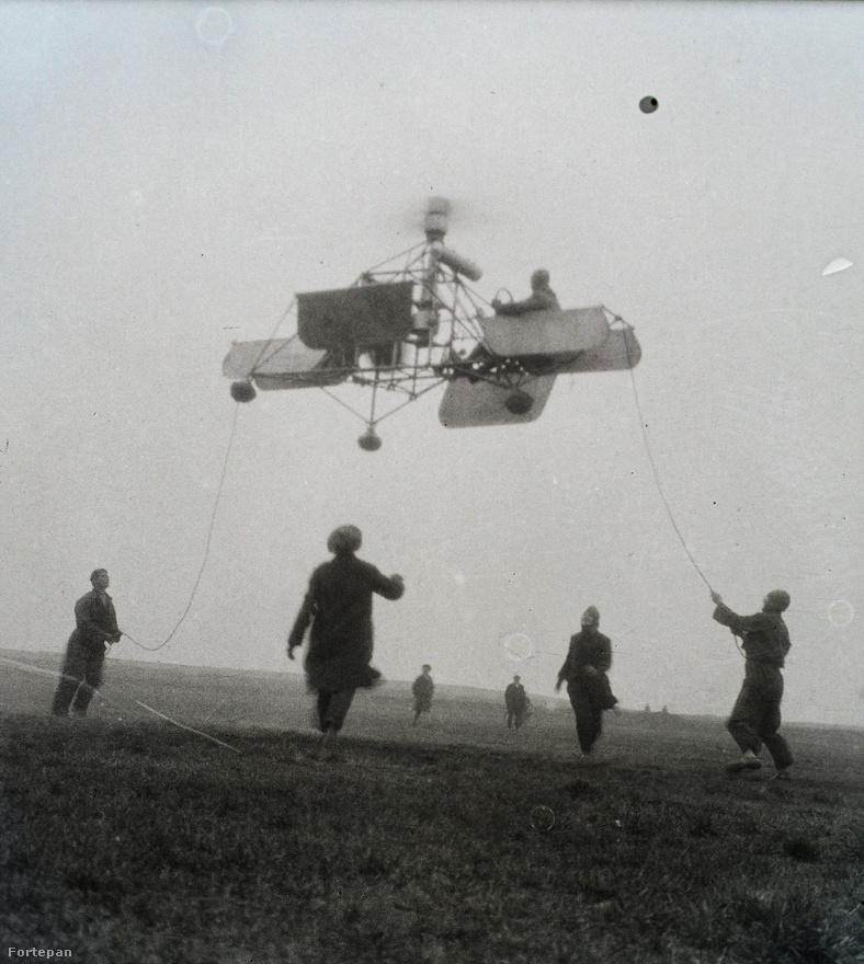 """Ez a kép látható Asboth könyve, """"Az első helikopter"""" borítóján, és egyik belső oldalán, annyi különbséggel, hogy a köteleket kiretusálták, hogy úgy tűnjön: az A.H.4. jelű gép képes volt önálló repülésre."""