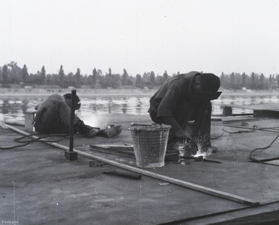 Asboth légcsavar hajtotta uszályt is tervezett, a képen ennek fedélzetén dolgozó munkások láthatók hegesztés közben.