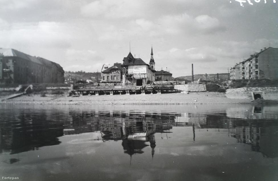 Asboth hajóépítő telepe a budai Duna-parton, a Szépvölgyi út végében. Háttérben a Újlak Sarlós Boldogasszony Plébániatemplom tornya
