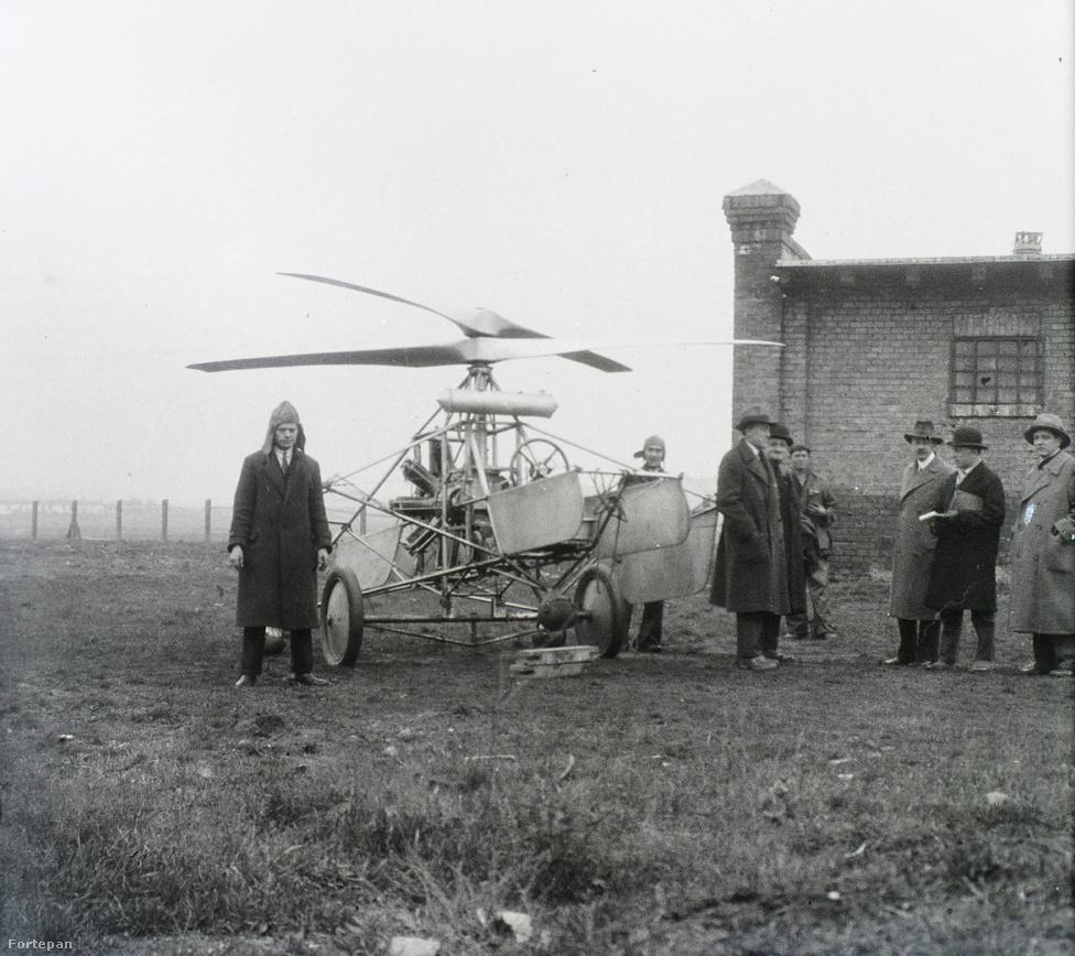 Asboth A.H.3. helikoptere kétkerekű száll0tótargoncára helyezve. A helyszín: IX. kerület, Ecseri úti szemétgyűjtőtelep, ahol a használaton kívüli rüh-istállót kapta meg Asboth, hogy hangárként használhassa.