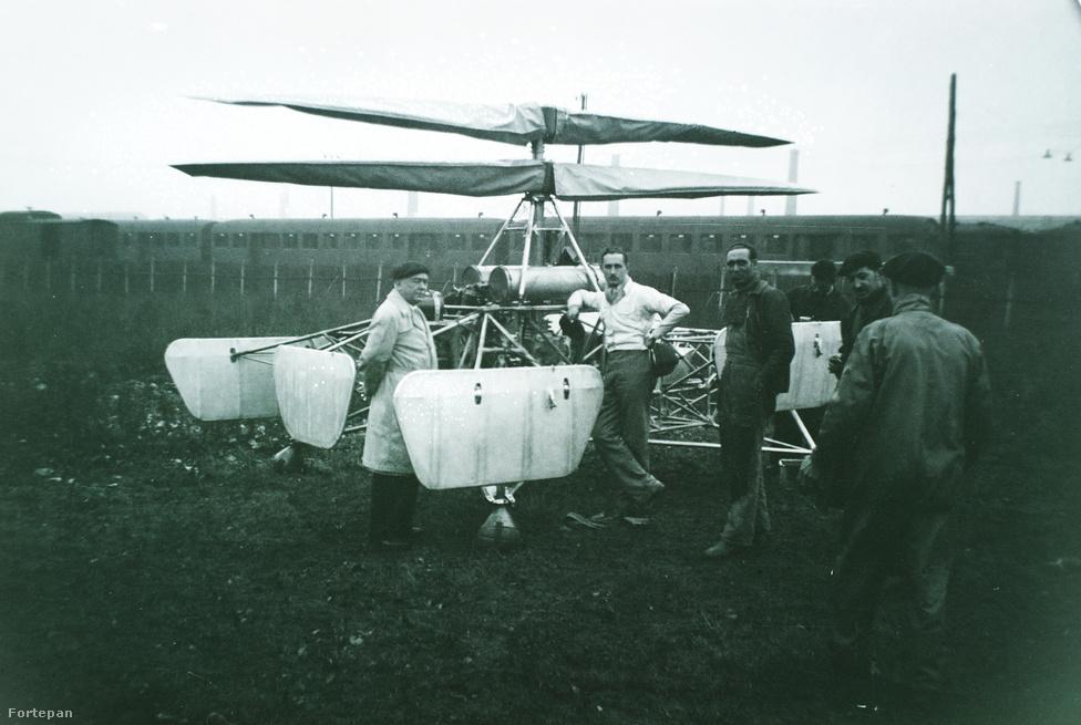 Tesztrepülésre készen, a légcsavarokon védőhuzat, a gépre könyöklő bajszos férfi a berepülőpilóta.