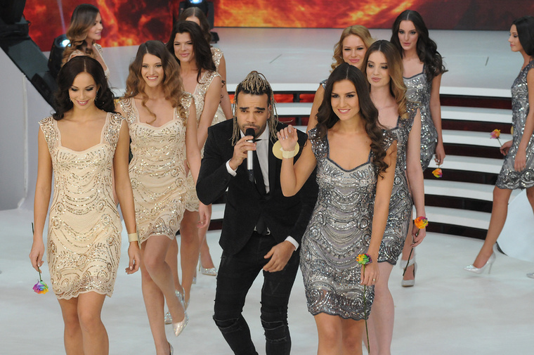 Az Instagram alapján már legalább 5 napja szőke fonott Kállay-Saunders haja, de nekünk csak vasárnap, a Miss Universe döntőjén tűnt fel