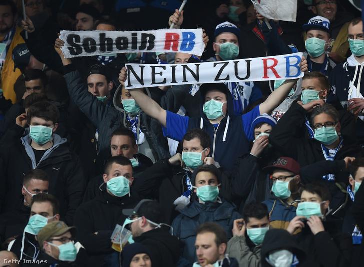 A Karlsruhe szurkolói tüntetnek az RB Leipzig ellen