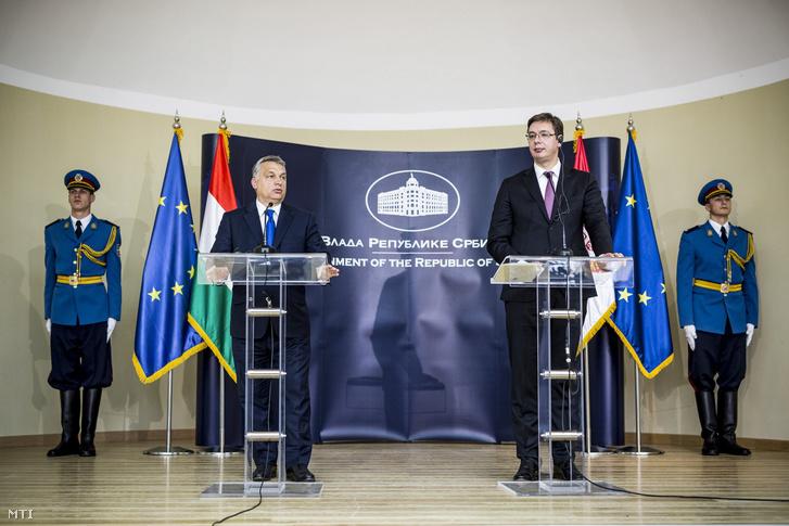A Miniszterelnöki Sajtóiroda által közreadott képen Orbán Viktor magyar és Aleksandar Vucic szerb miniszterelnök a szerb-magyar kormányzati csúcstalálkozó plenáris ülését követően tartott sajtótájékoztatón a dél-szerbiai Nisben 2016. november 21-én.