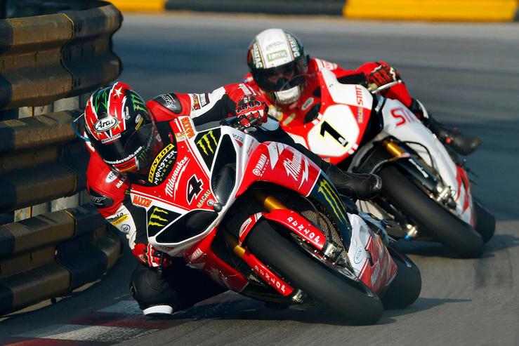 A 2013-as Macau GP: Ian Hutchinson megy elöl, mögötte Michael Rutter