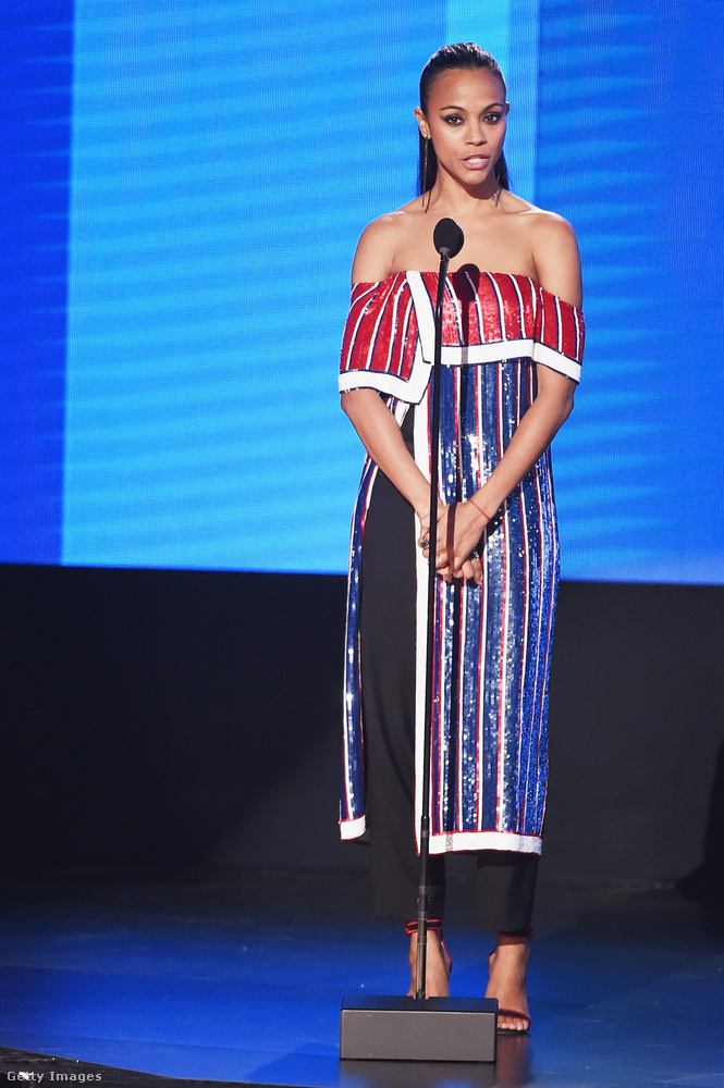 Zoe Saldana egy ilyen különleges csíkos-színesben konferált, aminek a teteje mintha le lenne hajtva