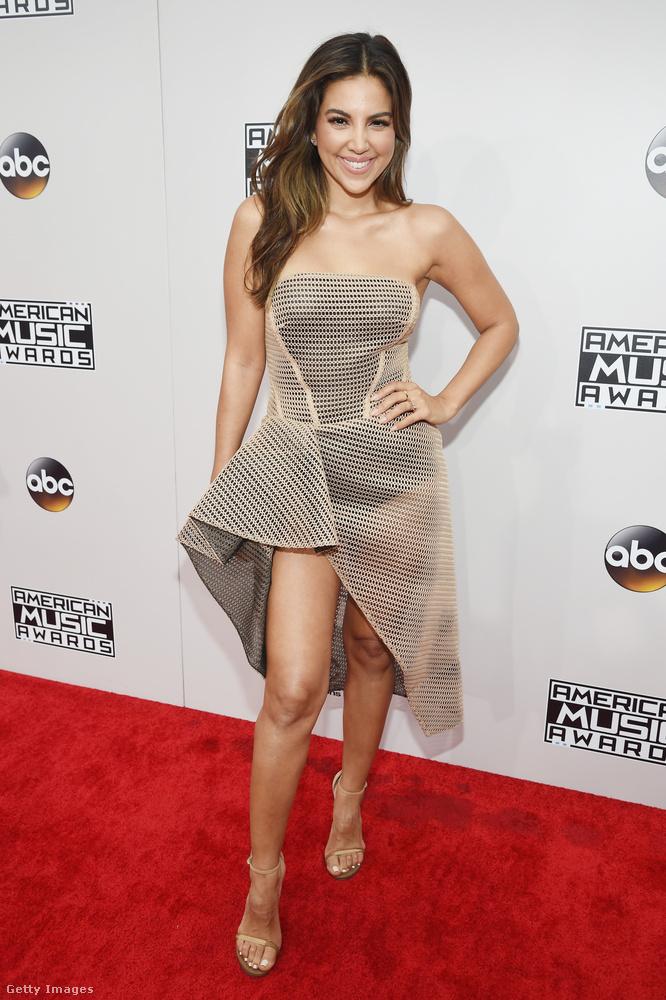 Most egy érdekes fazonú kisruhát mutatunk, ezt Liz Hernandez színésznő viselte