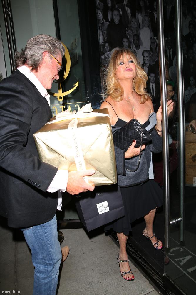 A bulin egyébként Hawn lánya, Kate Hudson is ott volt.