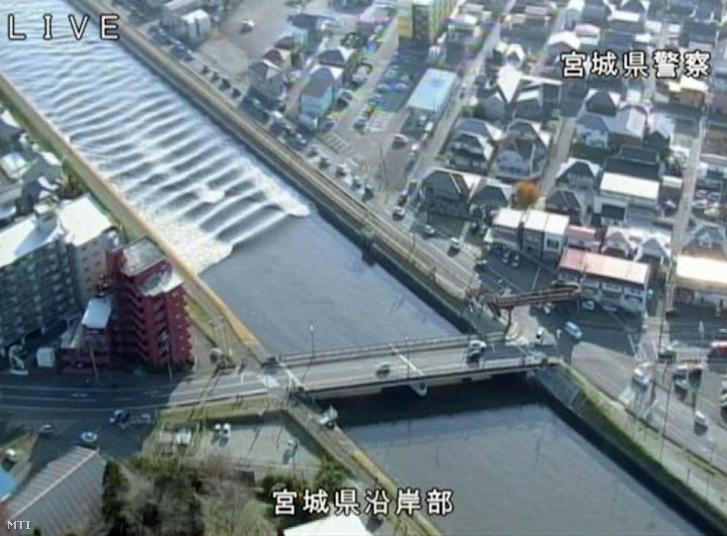 Visszafelé folyik a Szunaosi folyó a Mijagi prefektúrabeli Tagadzsóban a földrengés után.