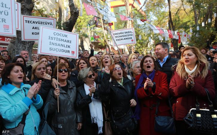 Török nők tiltakoznak a törvénytervezet ellen Ankarában.