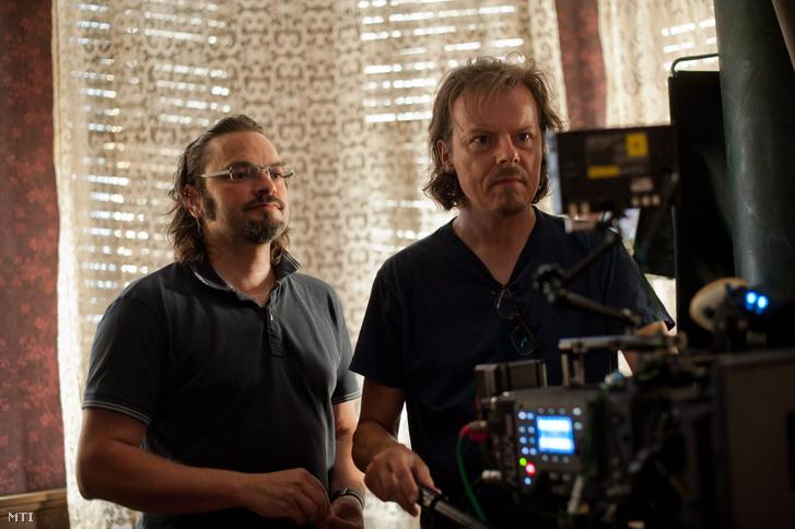 Ujj Mészáros Károly rendezõ (b) és Jan Richter-Friis dán operatõr a Liza a rókatündér (Liza the fox fairy) címû film forgatásán a budapesti Raliegh stúdióban.