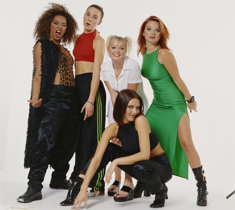 Melanie Brown, Melanie Chisholm, Emma Bunton, Geri Halliwell, elöl pedig Victoria Beckham guggol.