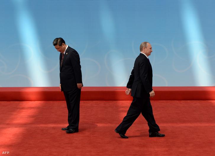 Hszi Csin-ping és Putyin egy 2014-es ázsiai gazdasági konferencia megnyitója előtt, miután köszöntötték egymást.