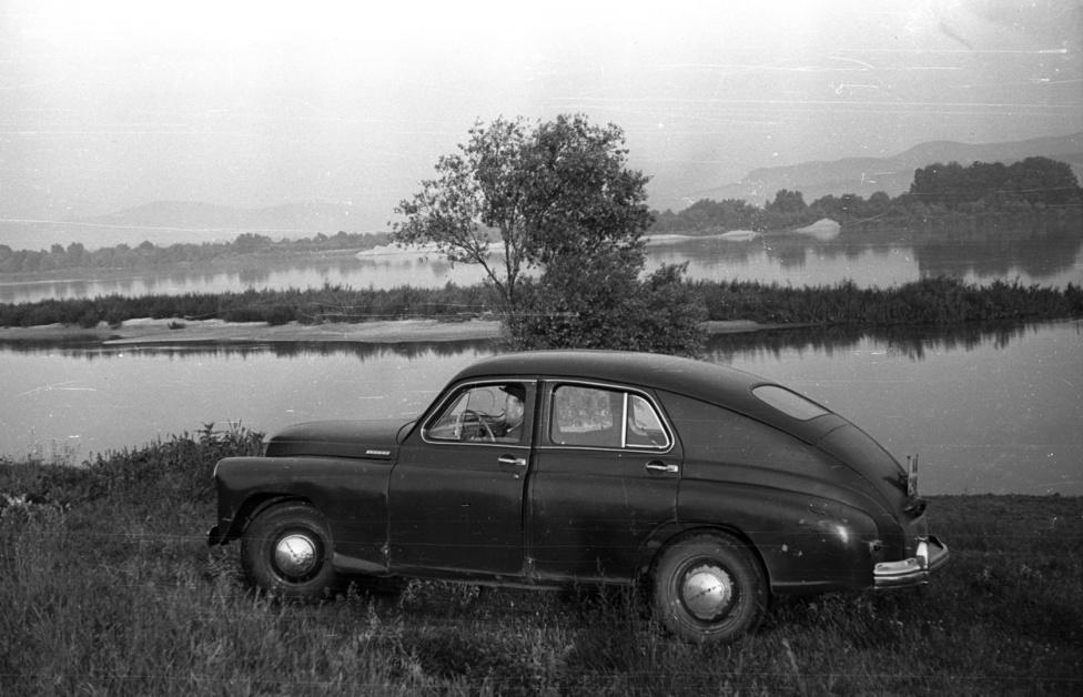 """Másfél tonna, 2112 köbcenti, 52 lóerő, 13 literes fogyasztás. GAZ-M-20, miszerint Pobeda, ami persze inkább az Opel Kapitan szovjet verziója. Hiába lehetett irigyelt dolog egy autó, ebben valószínűleg sokan ültek olyanok, akik szívesen kiszálltak volna, mielőtt az Andrássy út - vagyis akkoriban Sztálin út - 60-hoz érnek. A kép alapján viszont volt, aki magán célokra is használhatta a kocsit. """"Nem volt nekem való az éjszakai meló"""" - mesélte az egykori tiszt."""