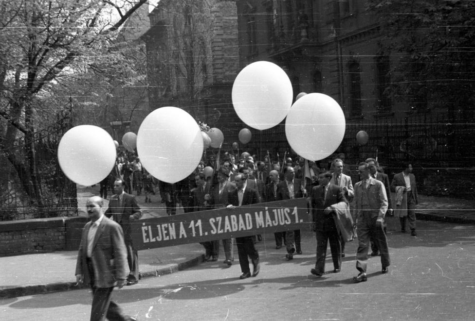 """1956. május 1. Az """"első szabad május elseje"""" ugyanis 1946-ban volt. Karnyújtásnyira van tehát a forradalom, ha a felvonuláskor ez még valószínűtlennek is tűnik. """"De nem volt az. Egymástól is féltünk. Sorra lett öngyilkos több társam. 1955-ben léptem ki az ÁVH-tól"""" - mesélte visszaemlékezéseiben egy egykori tiszt."""