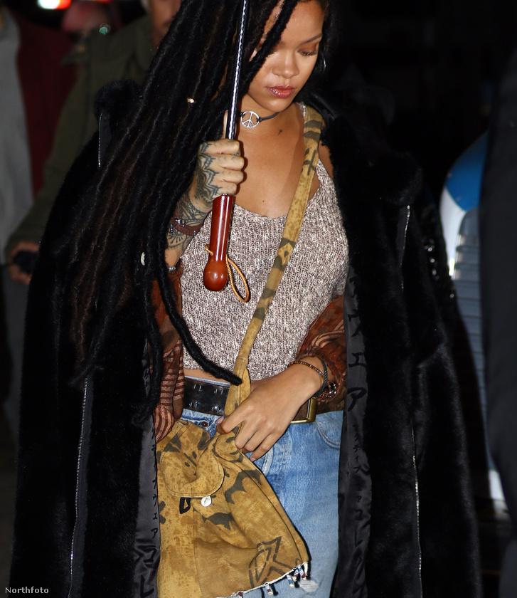 """Rihanna pedig ilyen """"jókedvűen"""" érkezik meg a helyszínre."""